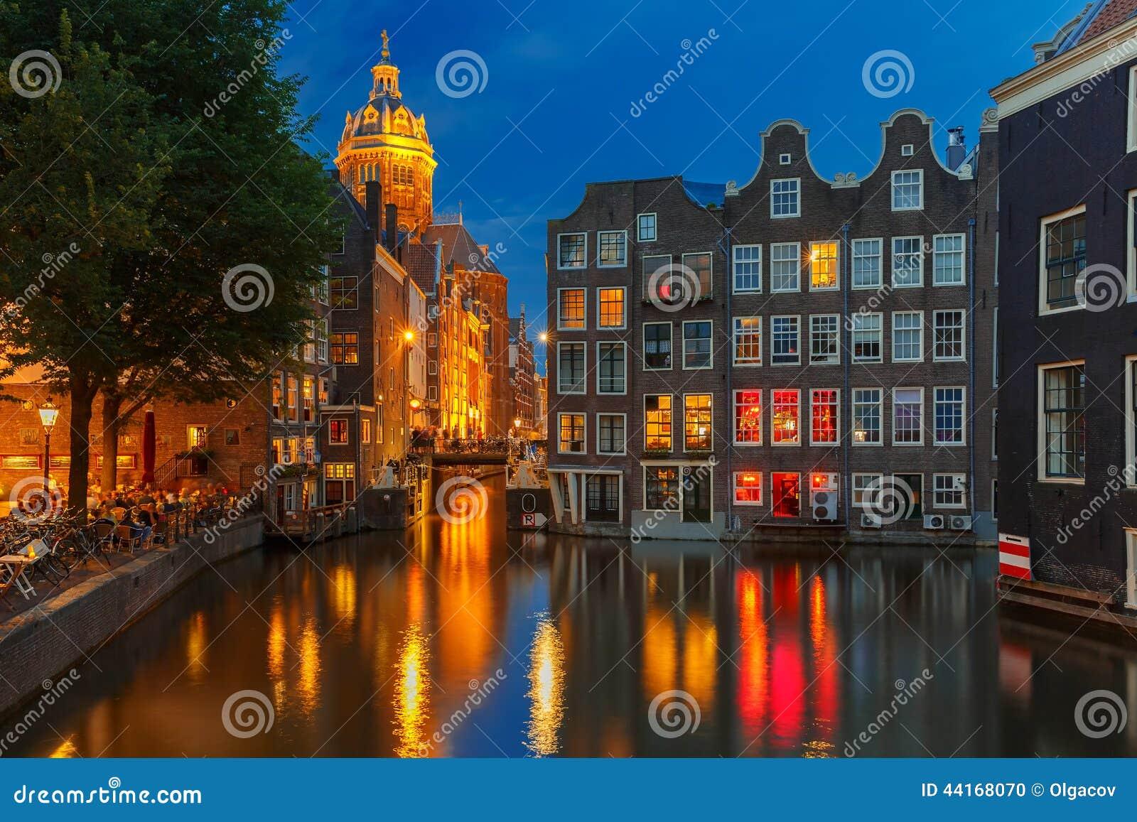 夜阿姆斯特丹运河、教会和bri城市视图