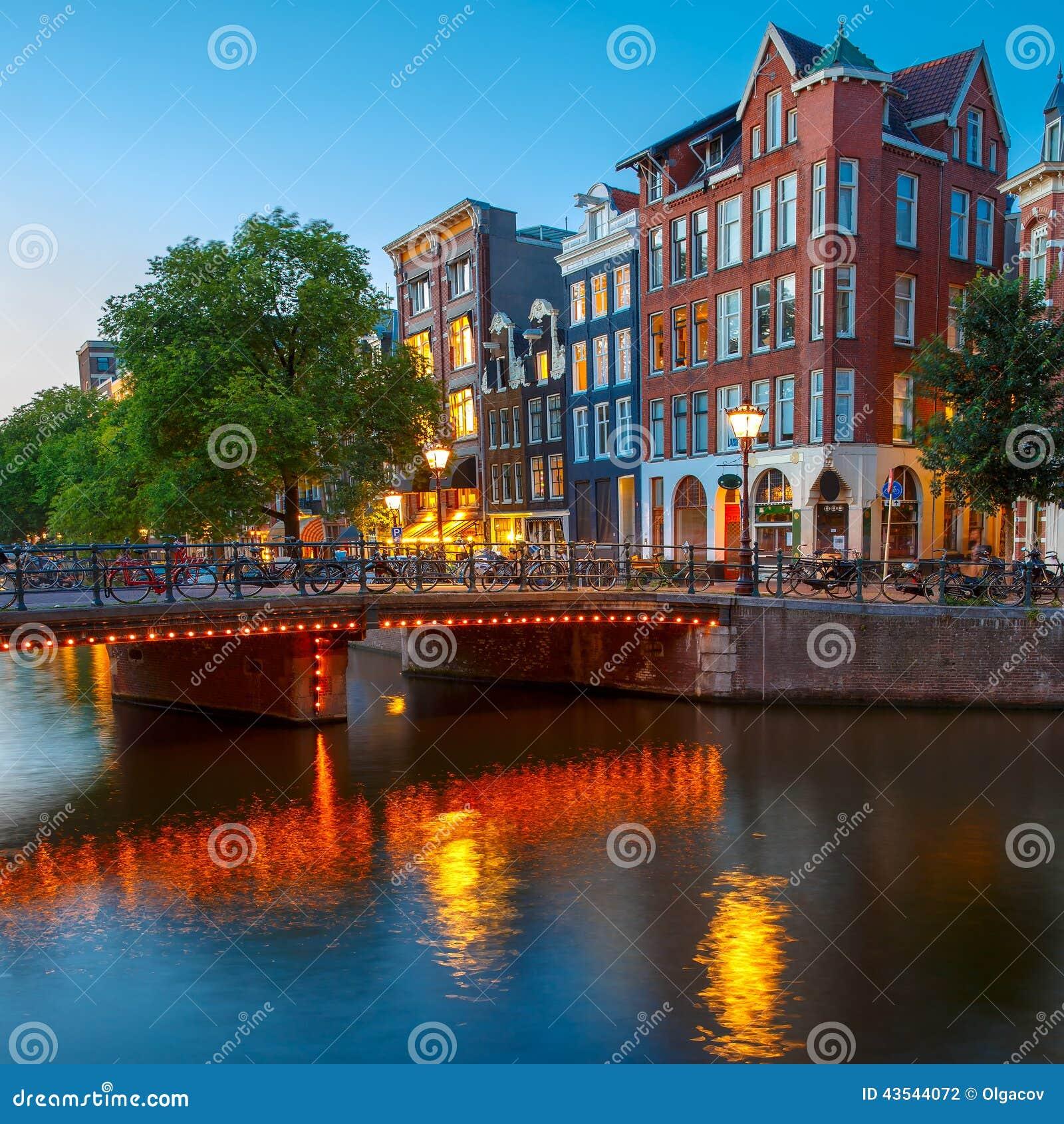 夜阿姆斯特丹运河城市视图有荷兰hous的