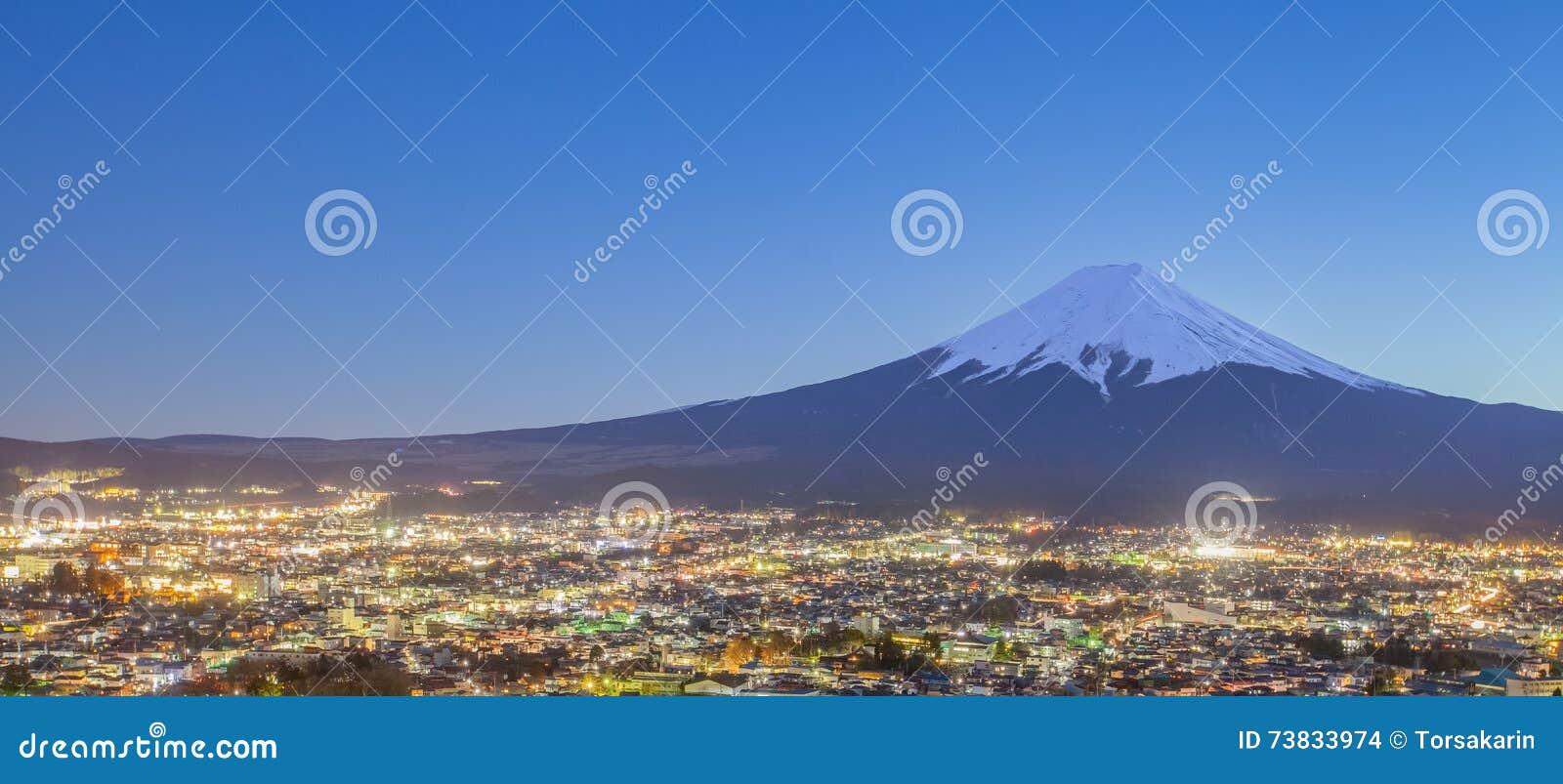 夜间的吉田市镇与富士山