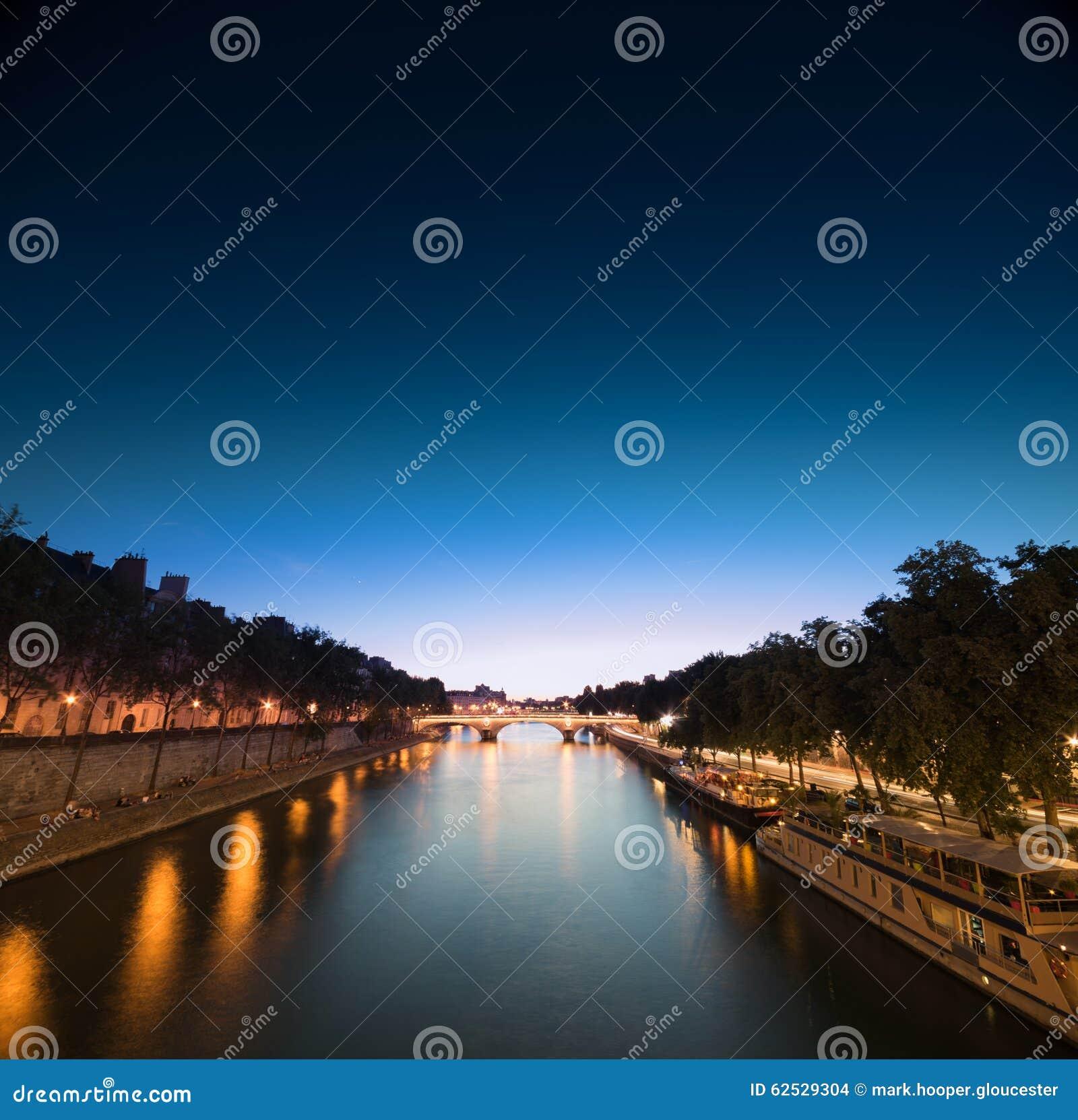 夜间的塞纳河,从桥梁的一个看法