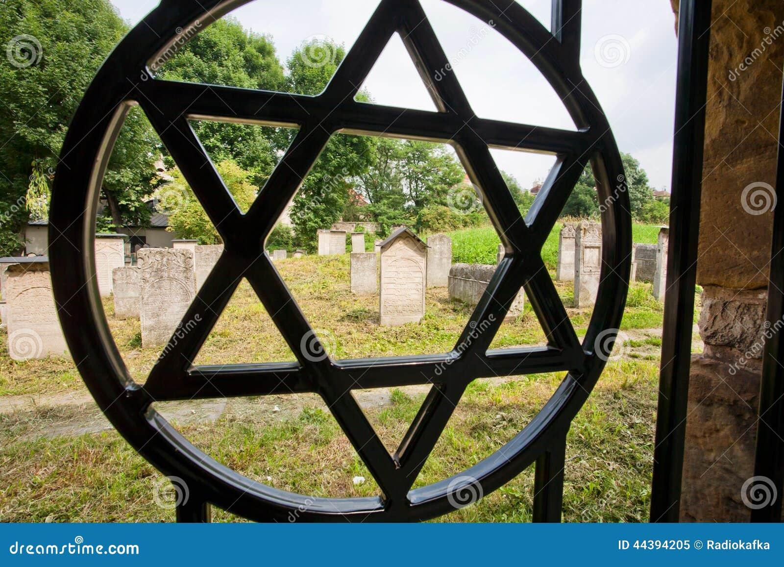 大卫王之星在老犹太公墓的篱芭的simbol在波兰城市
