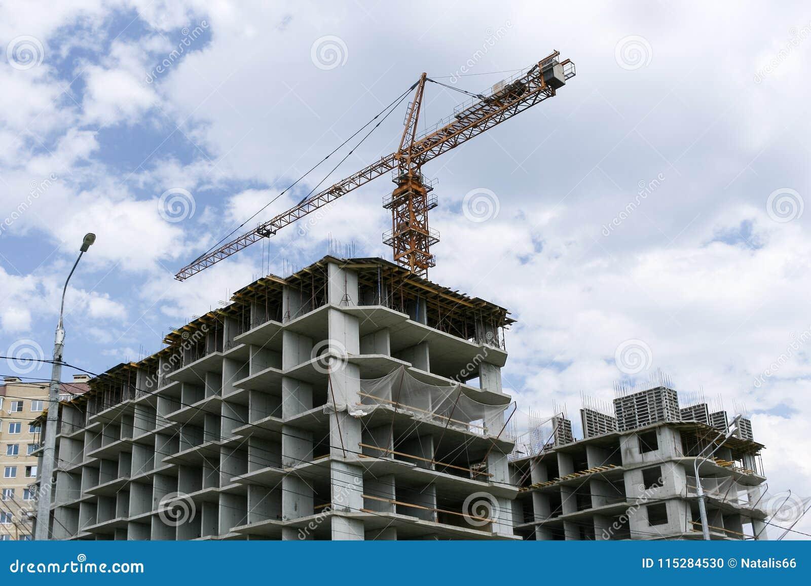 大厦具体框架和在他们上的一台建筑用起重机
