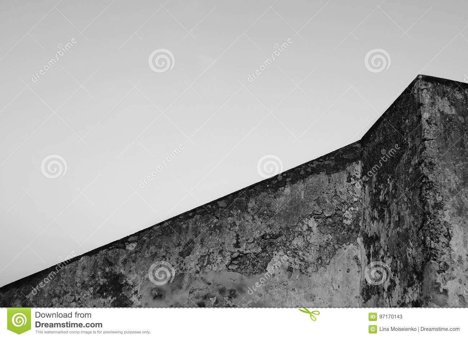 大厦几何  在天空背景的老混凝土墙 抽象结构