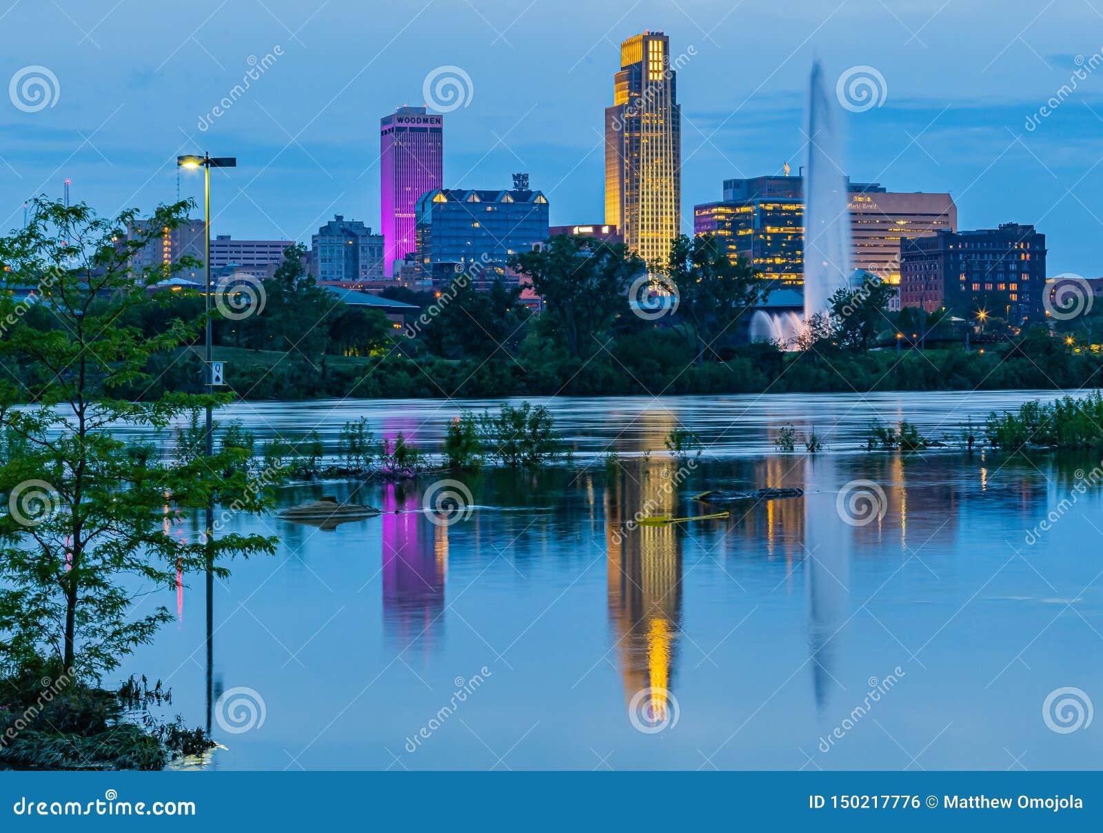 大厦的反射蓝色小时夜景2019年哈拉斯酒店赌博娱乐场停车场密苏里河洪水在康瑟尔布拉夫斯