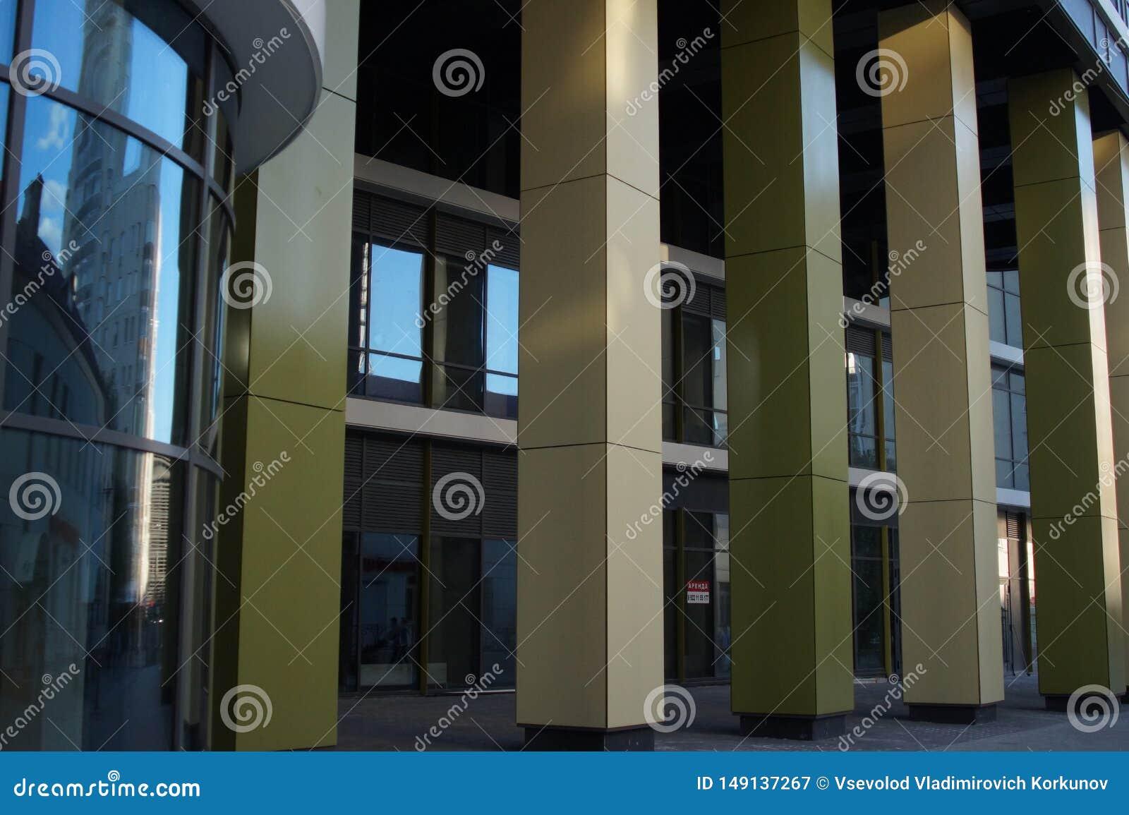 大厦的片段的照片 Ekaterinburg,俄罗斯,Khokhryakova街63,复合体5月2019年,住宅'三位一体'