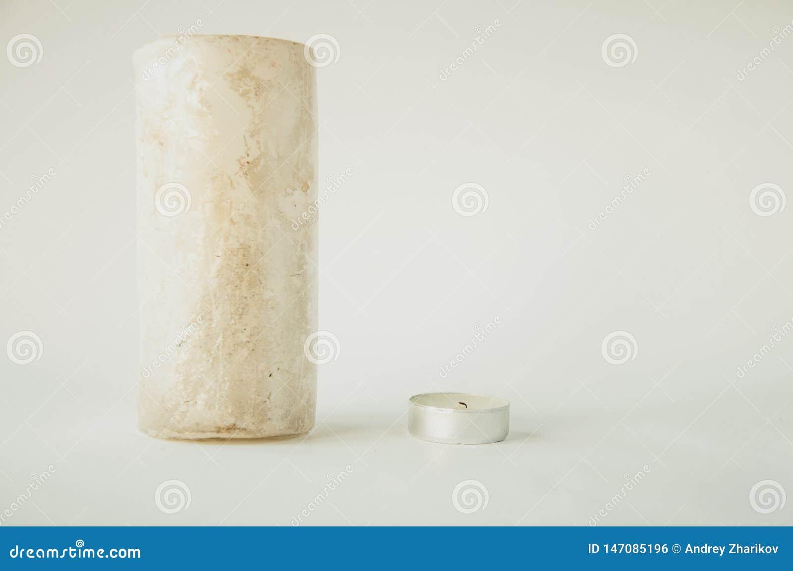 大和小白色蜡烛在桌上