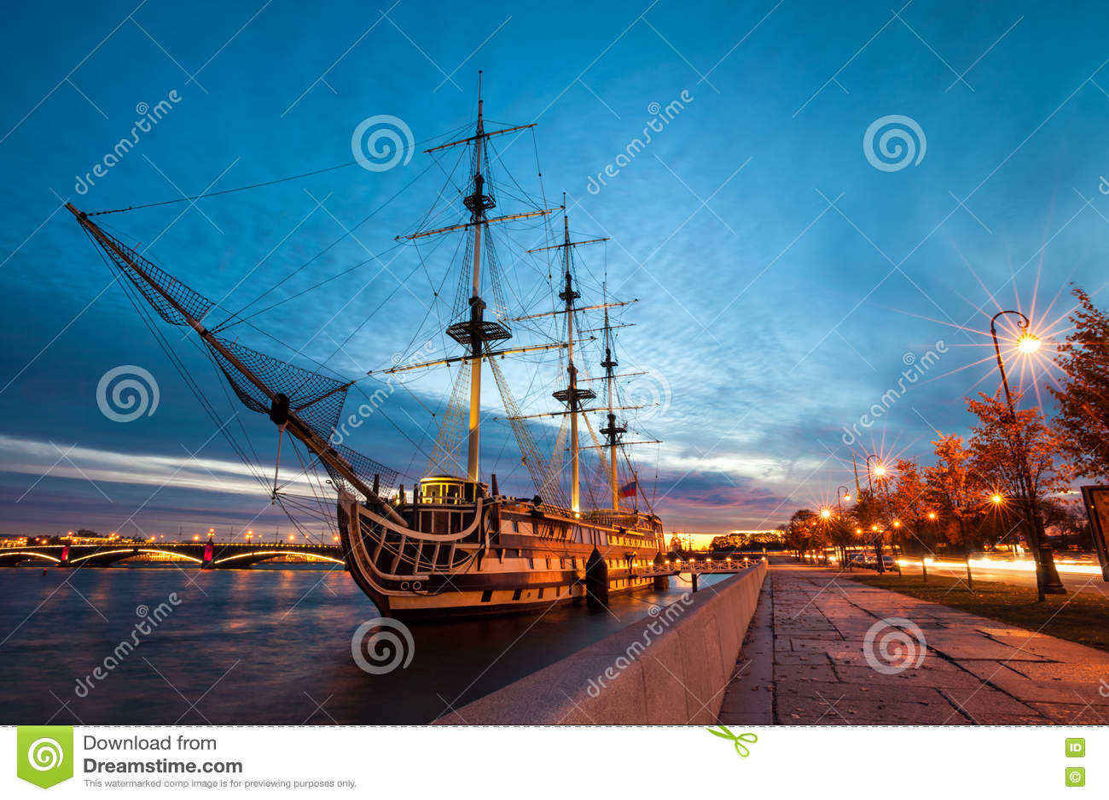 大型驱逐舰在晚上,圣彼德堡,俄罗斯