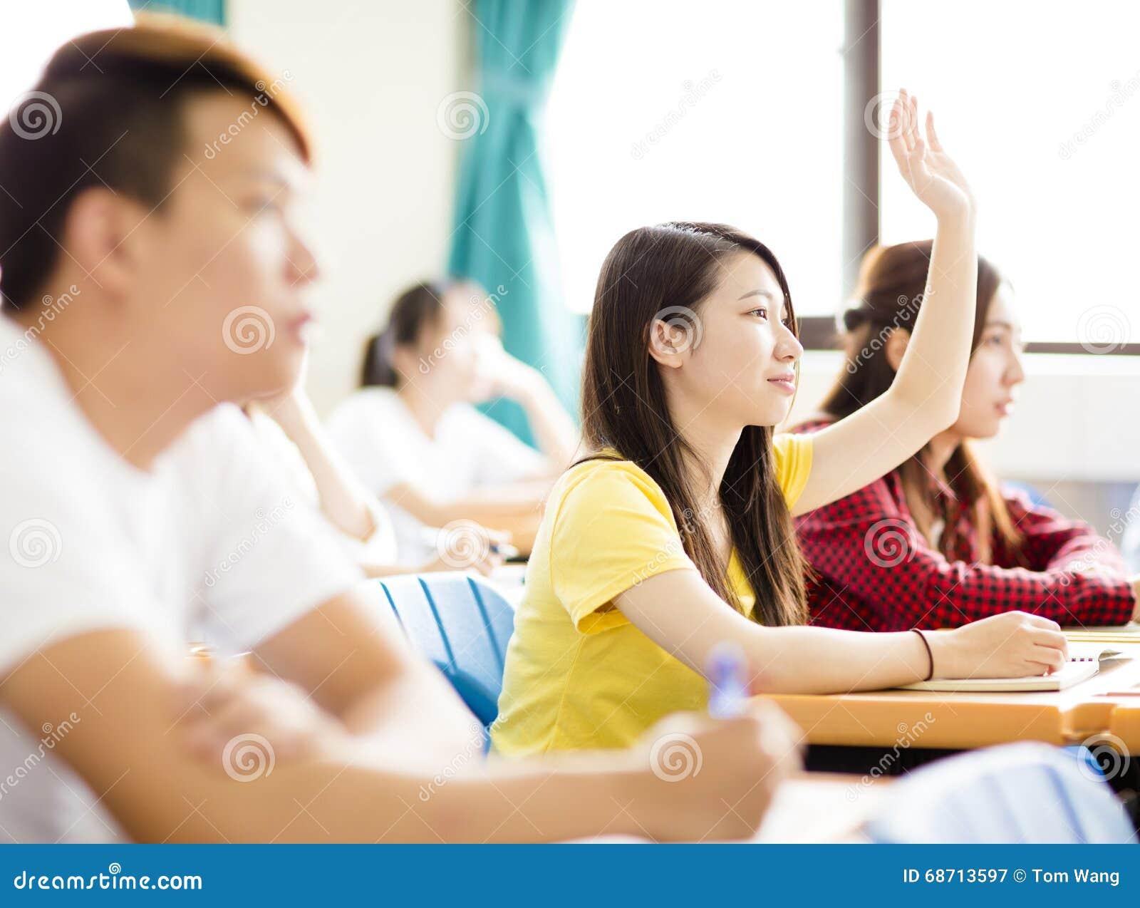 大学生问题的培养手在教室