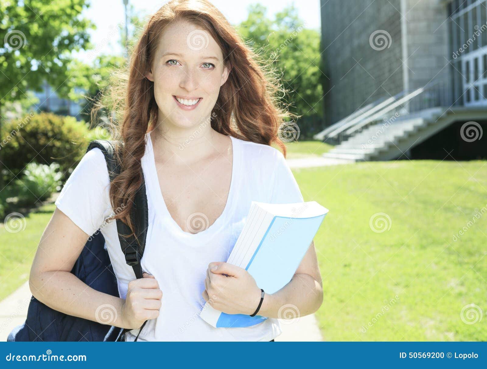 大学/看起来大学生的女孩愉快