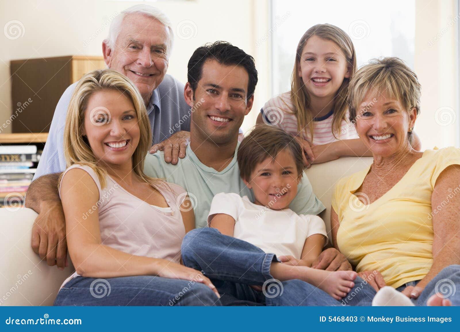 大家庭客厅微笑