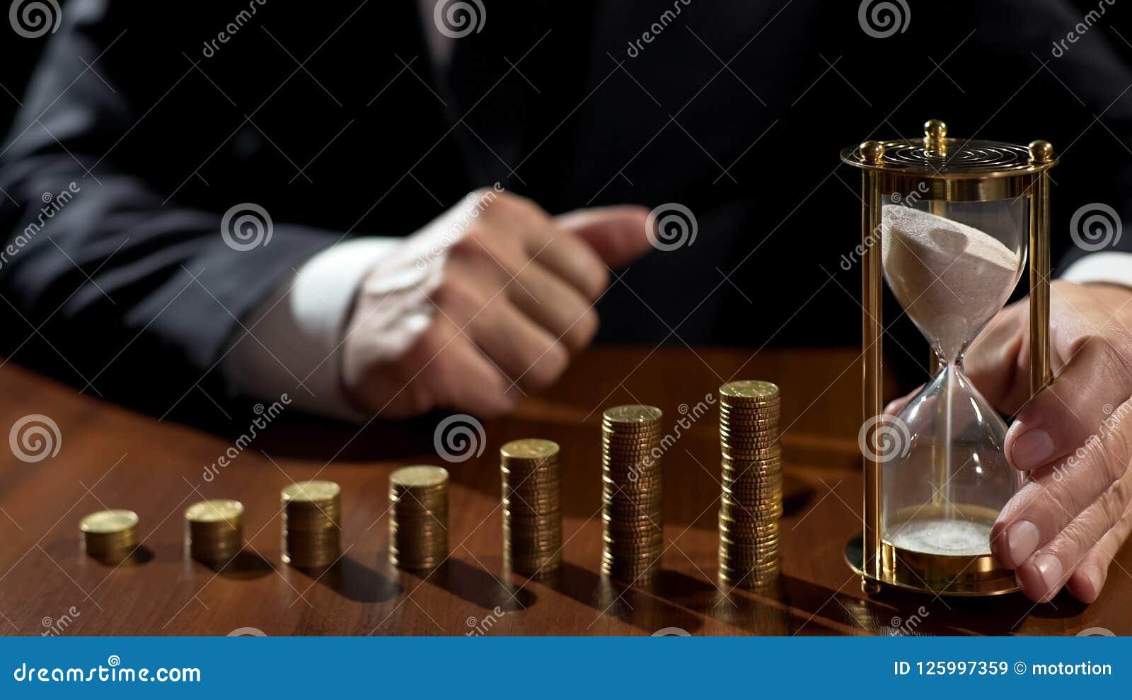 大富翁在赚钱的投资方案,测量时间的sandglass的收入金钱