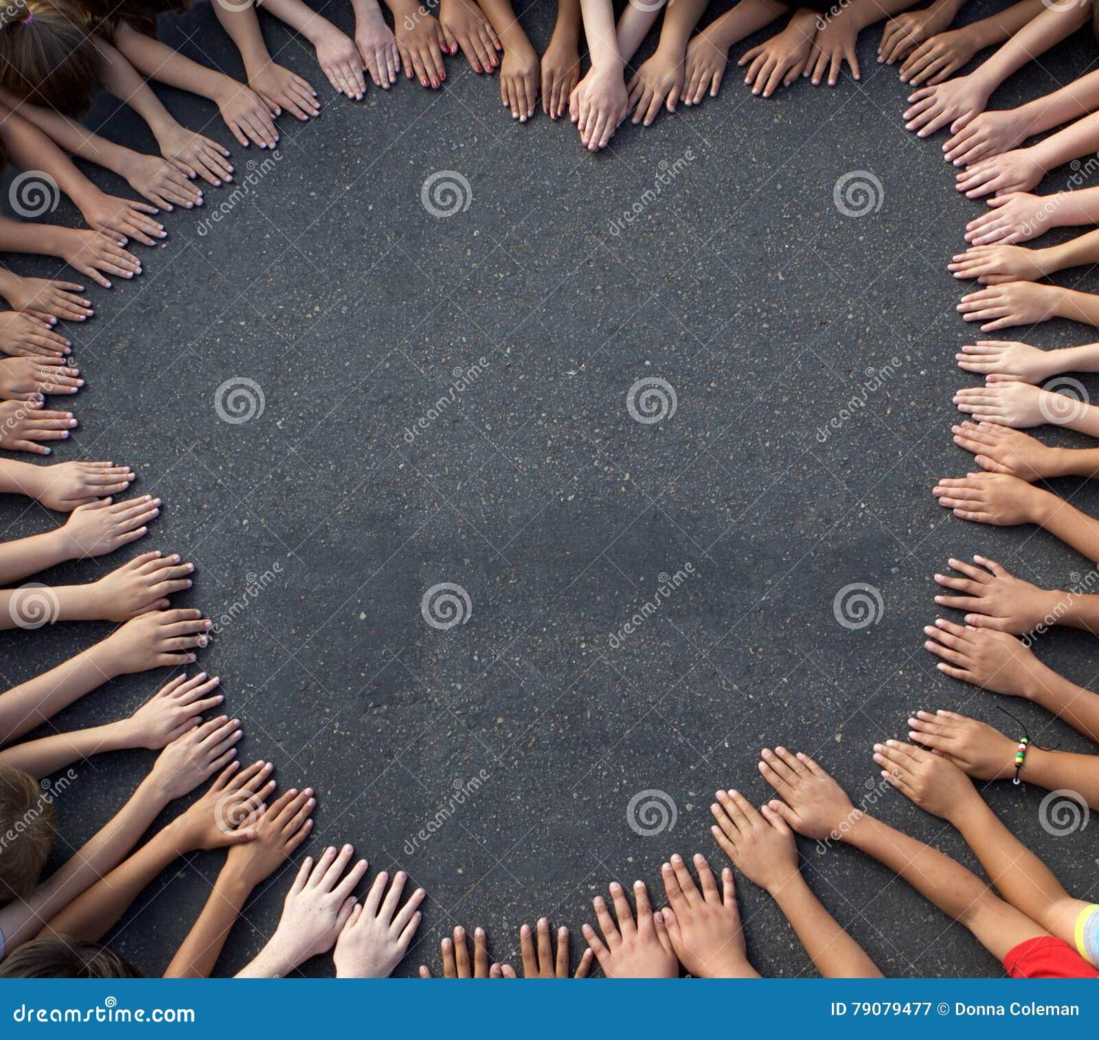 大小组Children& x27; 形成心脏形状的s手