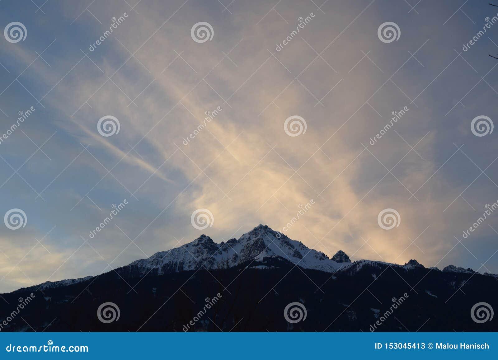 大山在背景中