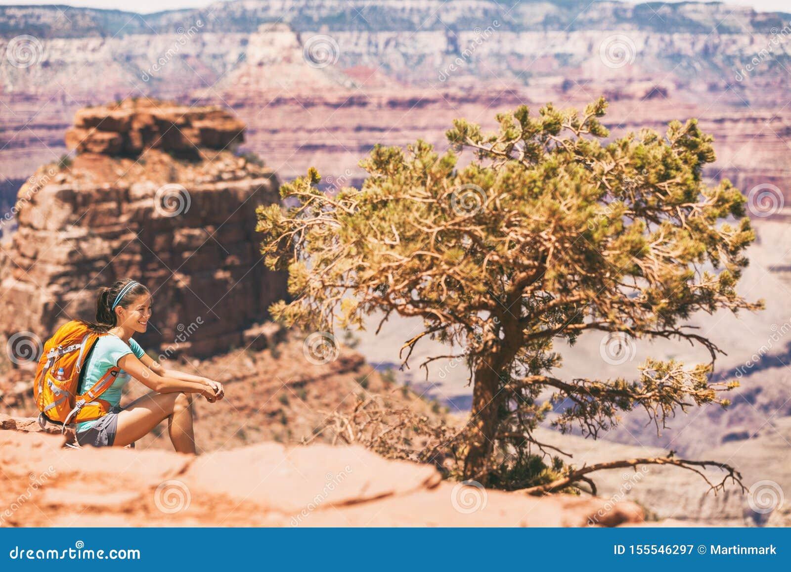 大峡谷基于沙漠远足的徒步旅行者妇女 远足放松在南Kaibab足迹的亚裔女孩,大峡谷南外缘,