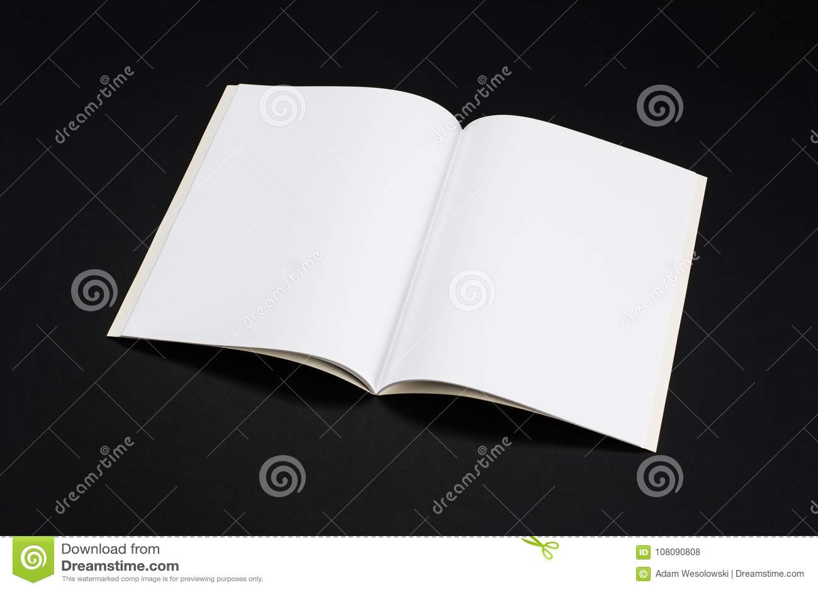大模型杂志、书或者编目在黑桌背景
