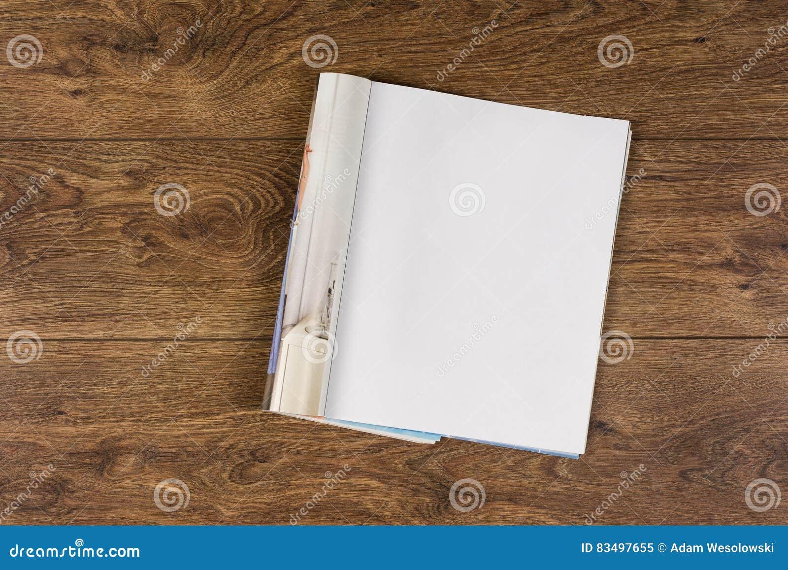大模型杂志或编目在木桌背景