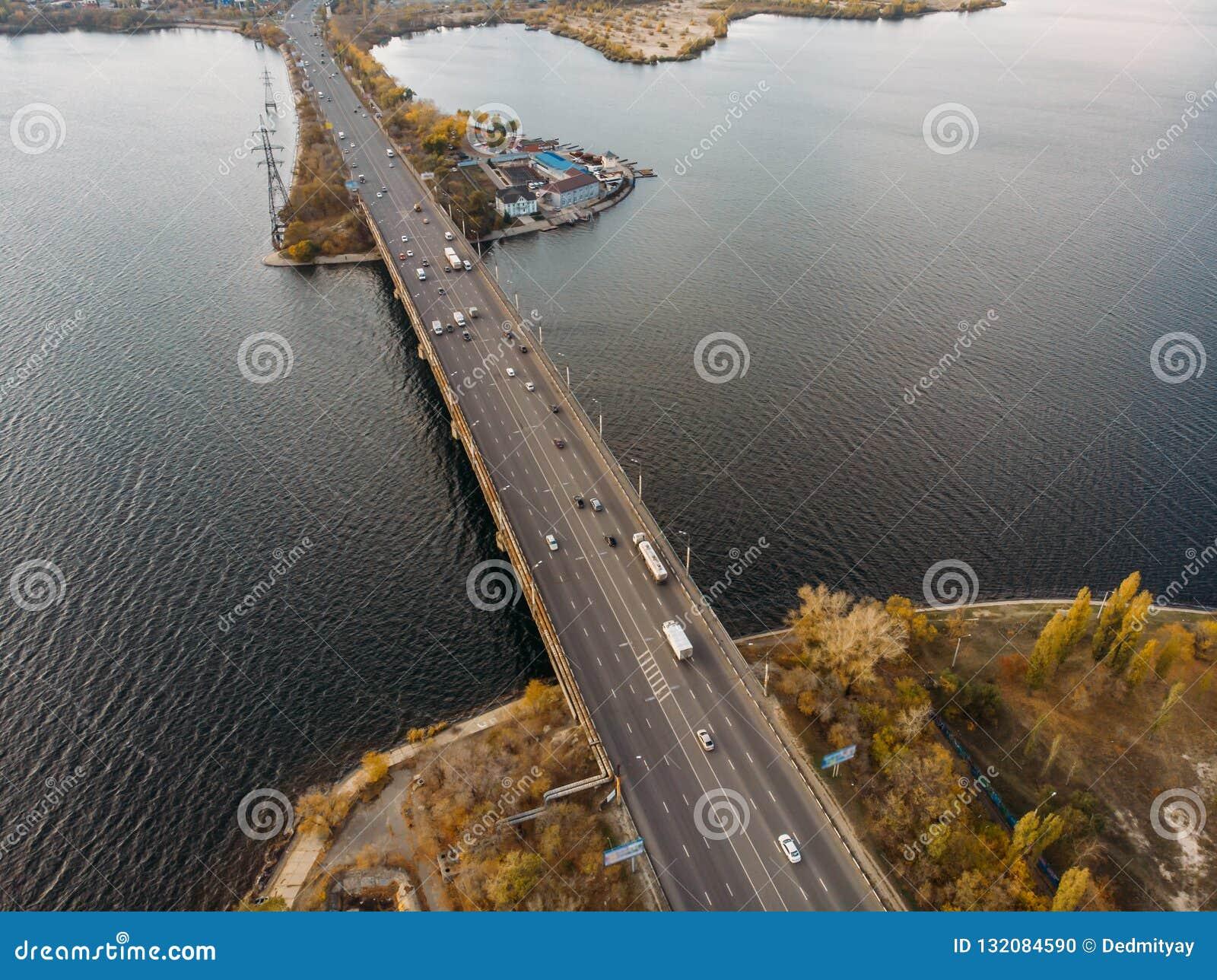 大河和运输桥梁空中全景在它的与汽车在秋天欧洲城市