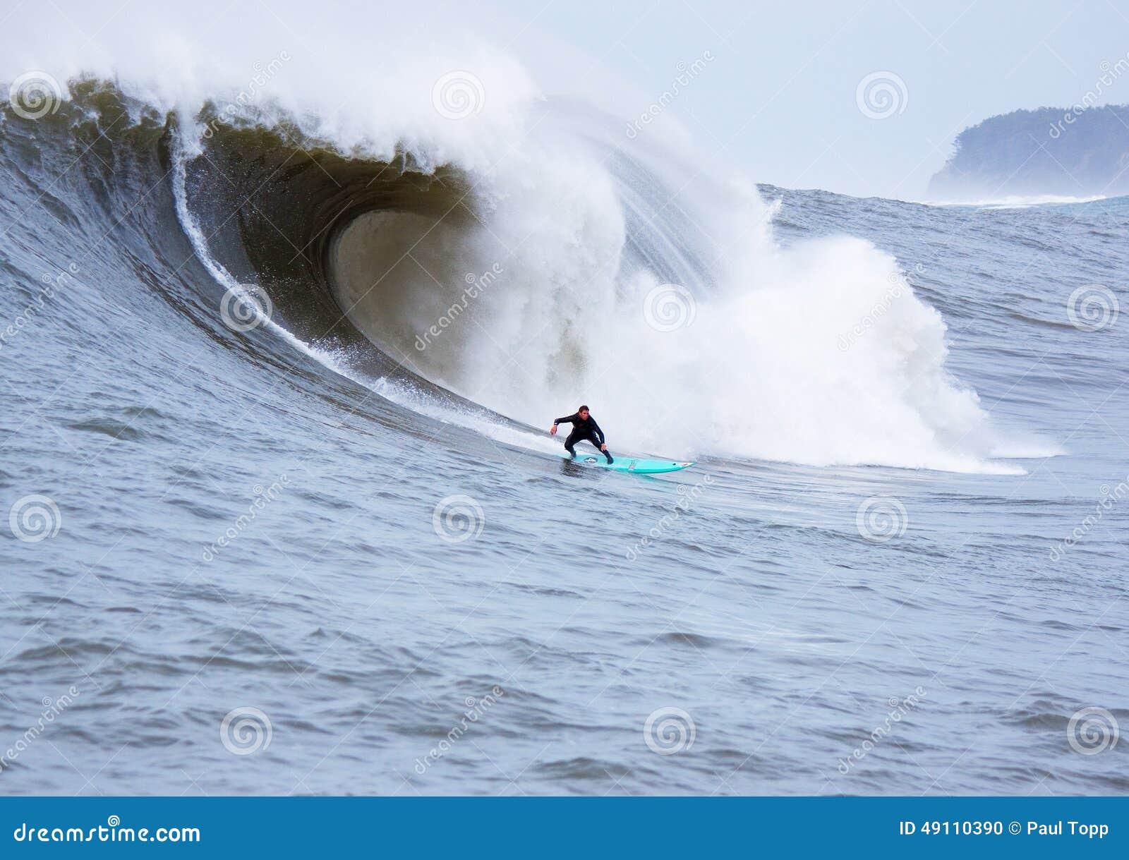 大波浪冲浪者Shaun沃什冲浪的持异议者加利福尼亚