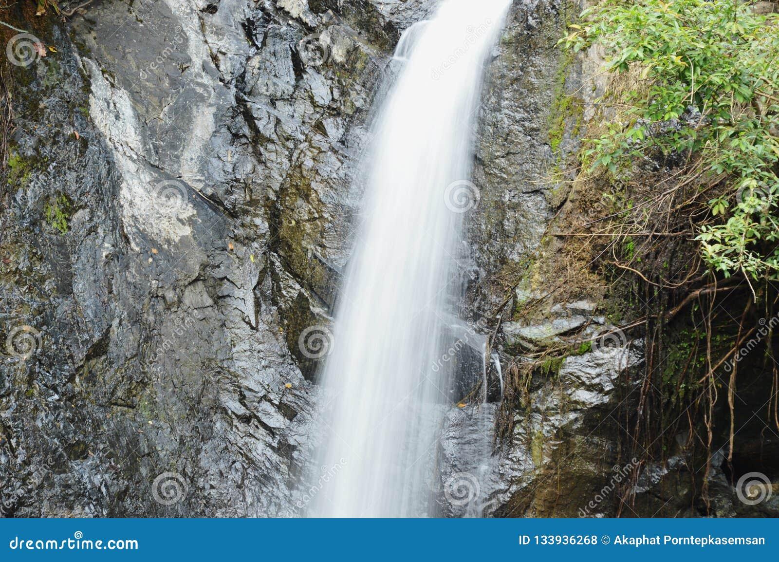 大瀑布在Jetkod-Pongkonsao旅行地点的森林里泰国的