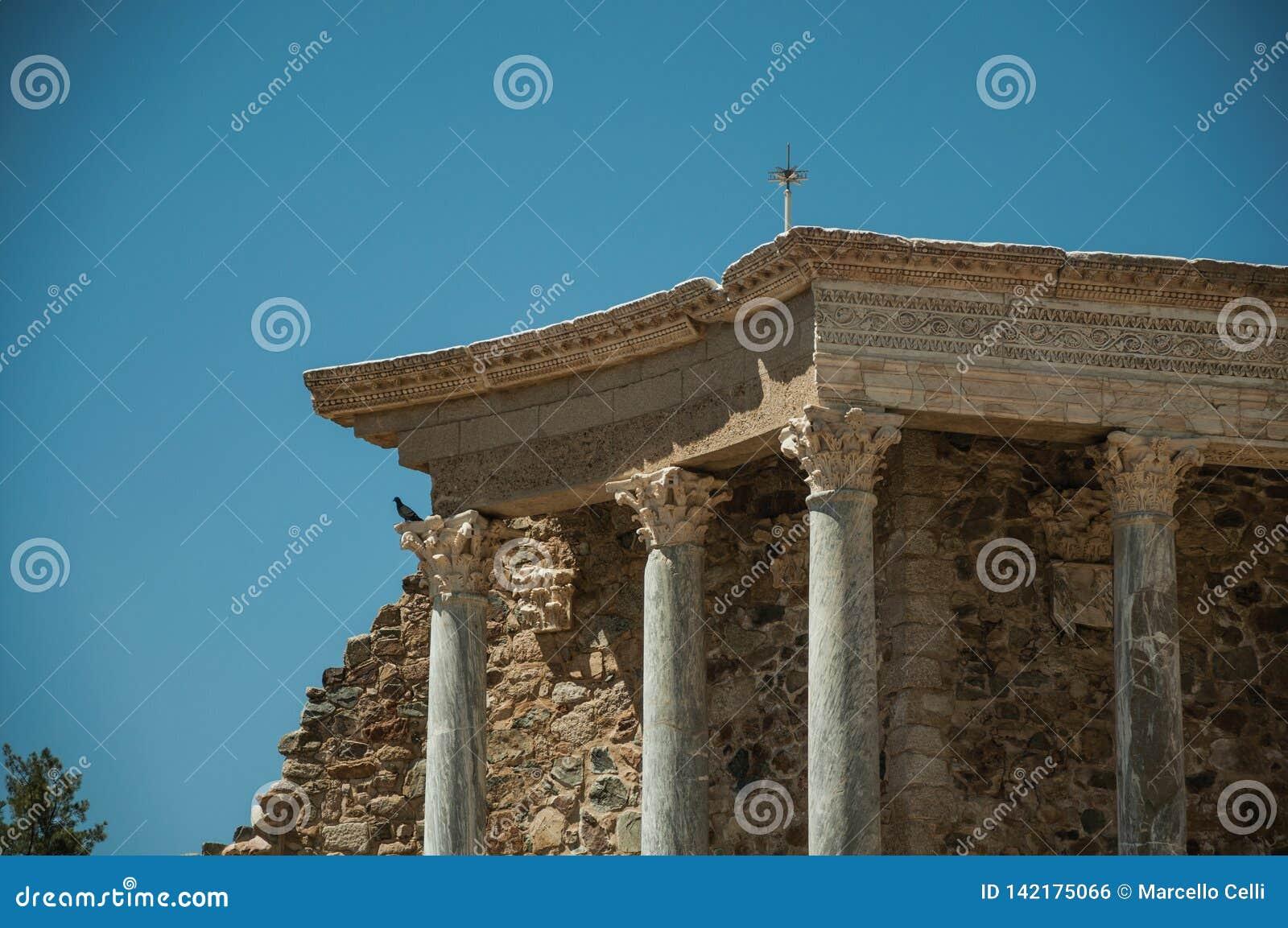 大理石柱和台在罗马剧院在梅里达