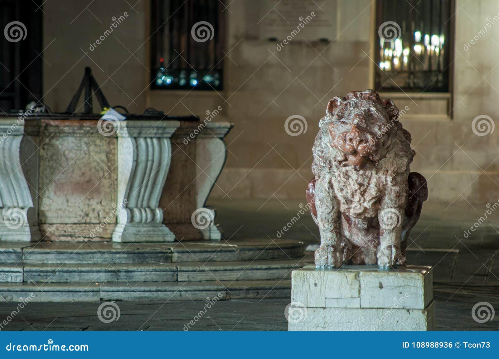 大理石狮子雕象和大理石水井