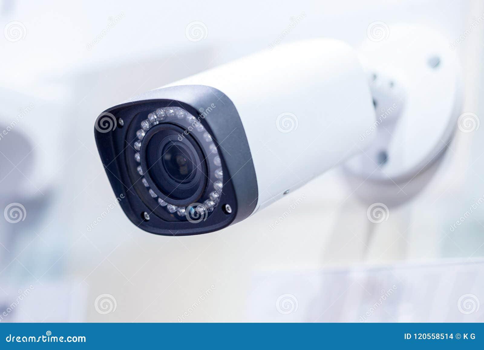 大白色专业监视器 在天花板登上的CCTV 在透镜附近的LED红外线光 保安系统概念 Copyspace