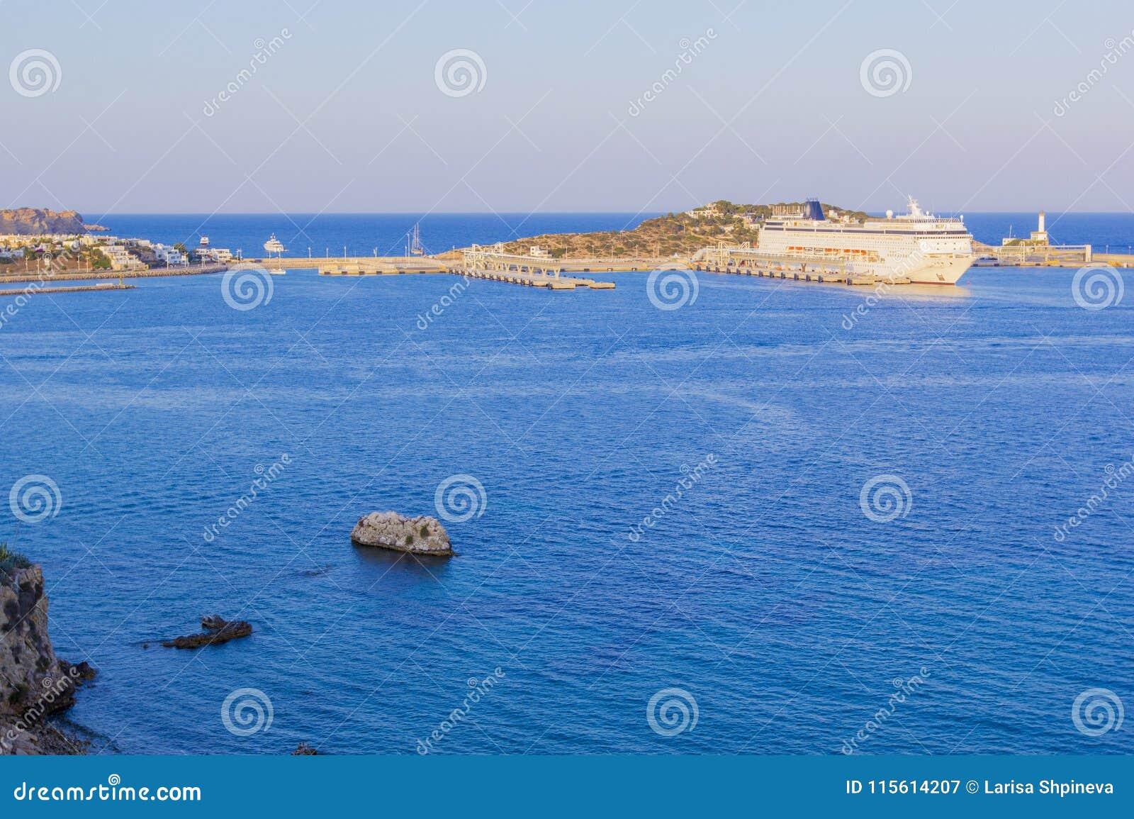 大白色巡航划线员全景在船坞站立在港口在温暖的日落光,伊维萨岛,巴利阿里群岛, Spai的口岸