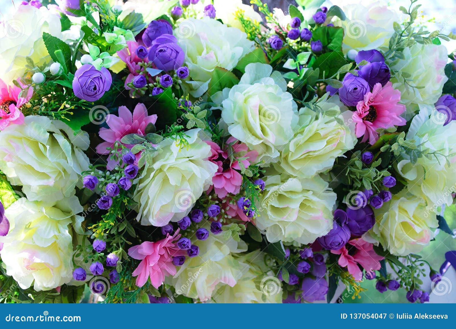 大米黄玫瑰、小紫色玫瑰和桃红色翠菊构成花