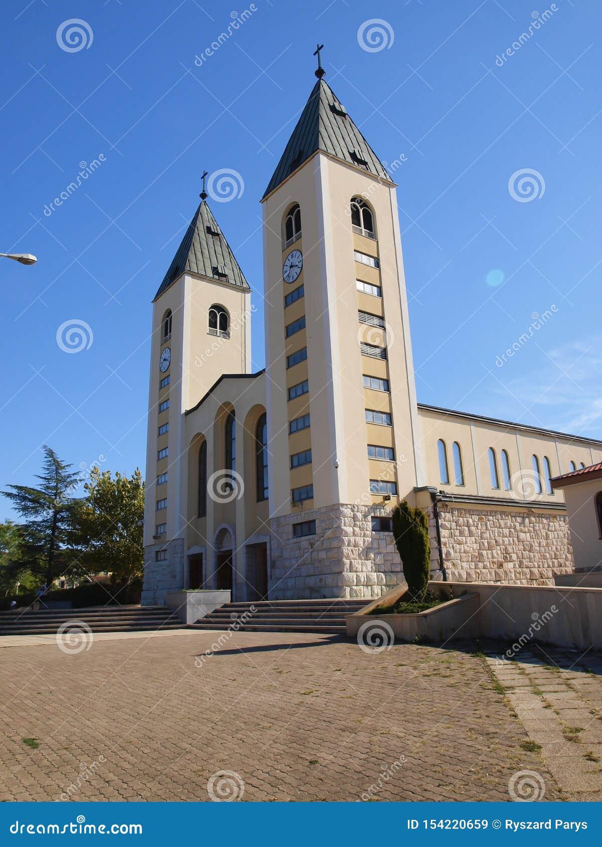 大约Medjugorje,波黑的一个平安的风景,有圣詹姆斯教会的塔的