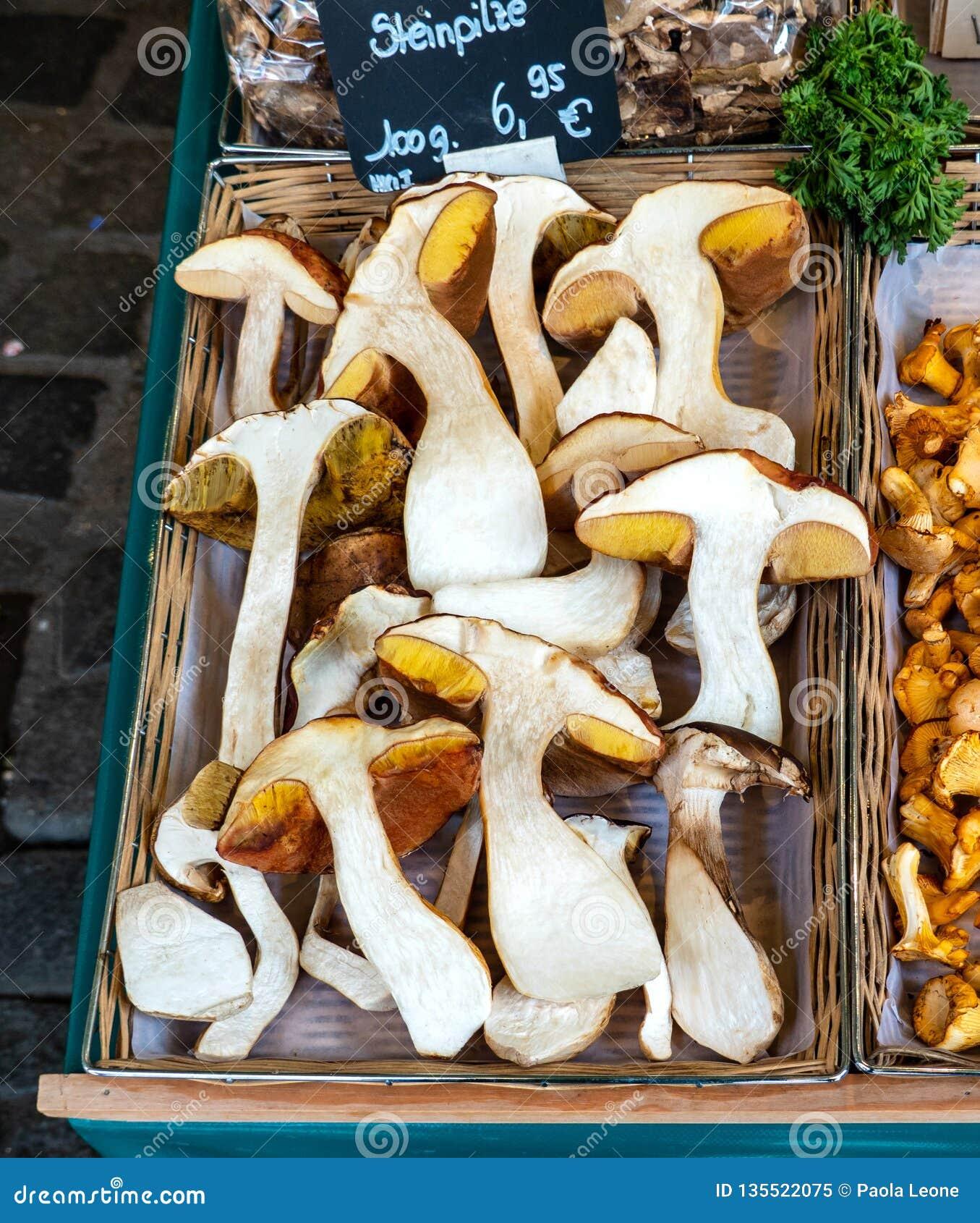 大蘑菇Porcino半裁减,在市场上的一个篮子 可口鲜美食品