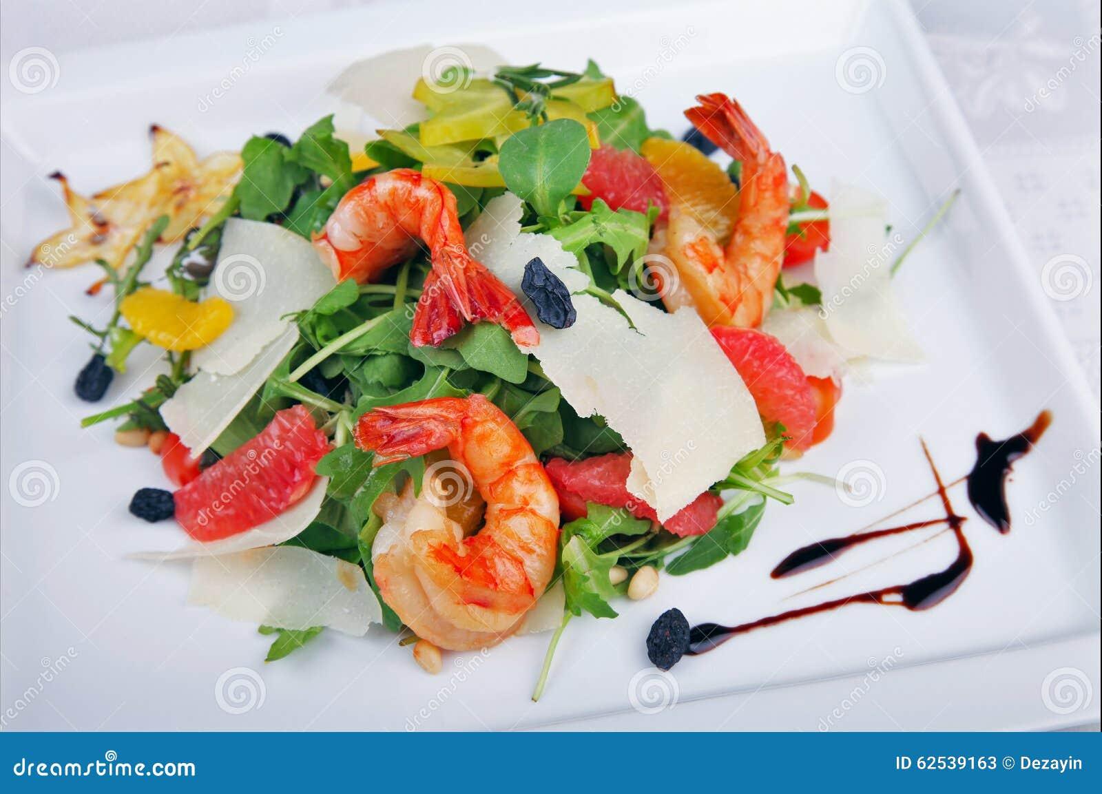 大虾和蔬菜沙拉
