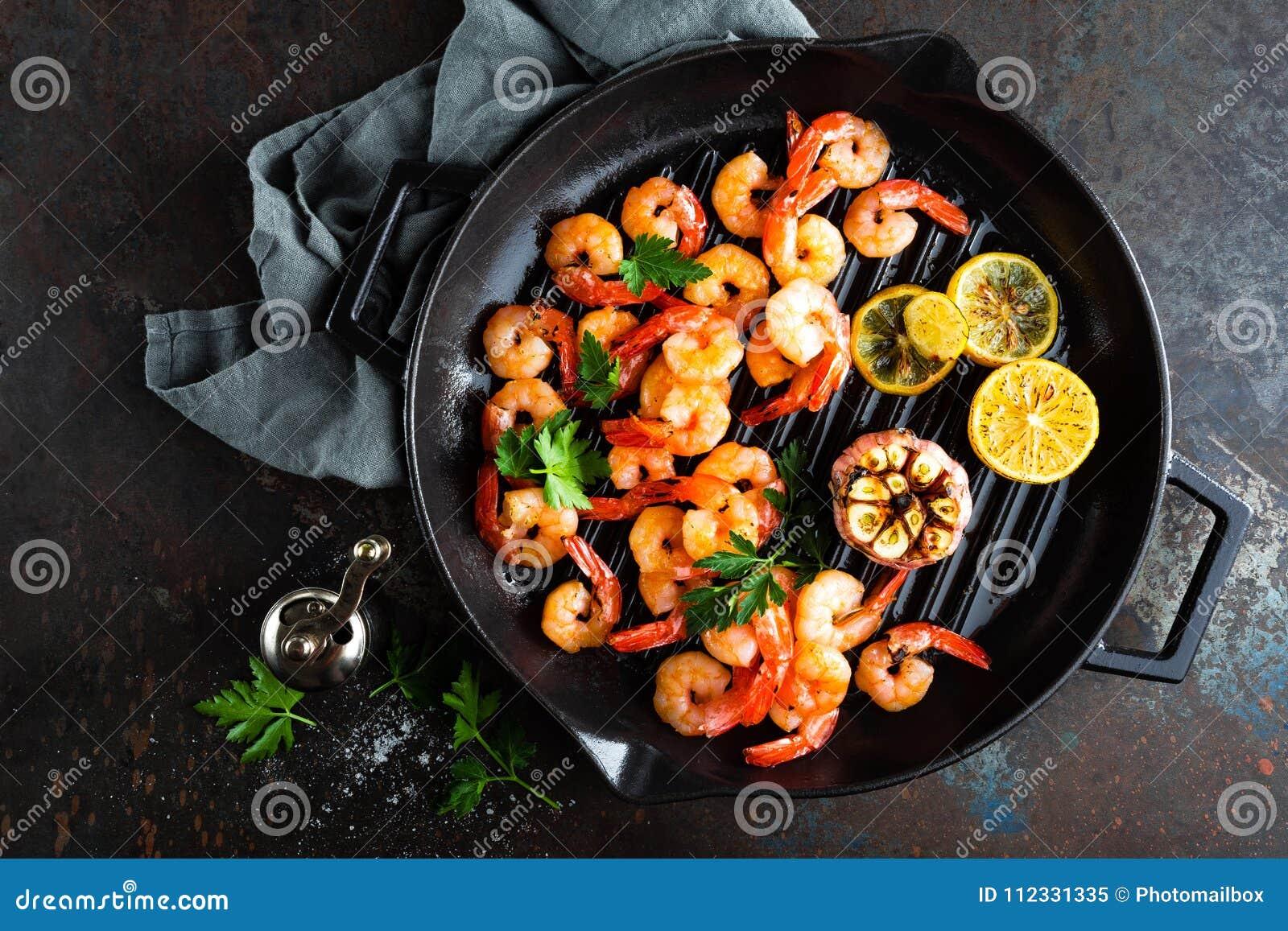 大虾在格栅煎锅烤了用柠檬和大蒜 烤虾,大虾 海鲜 顶视图