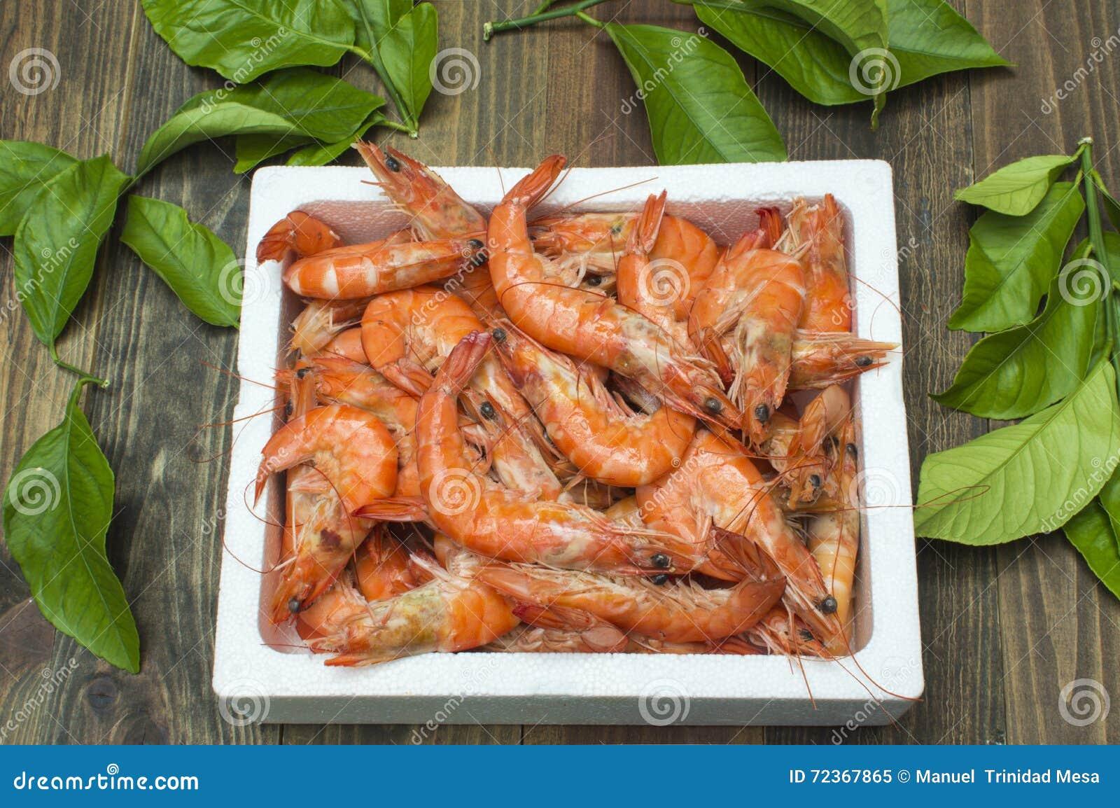 大虾在桌上装箱