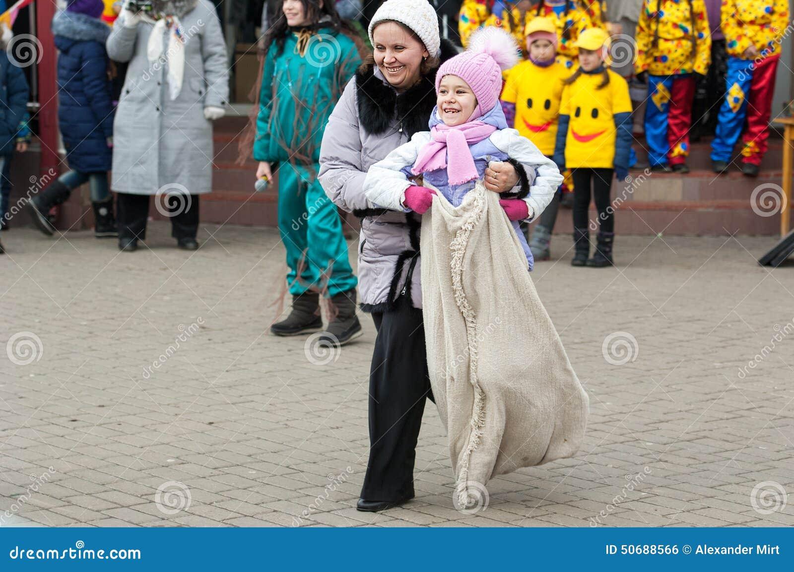 Download 大袋奔跑竞争 编辑类照片. 图片 包括有 人群, 森林, 种族, 玩偶, 孩子, 食物, 上涨, 服装, 竞争 - 50688566