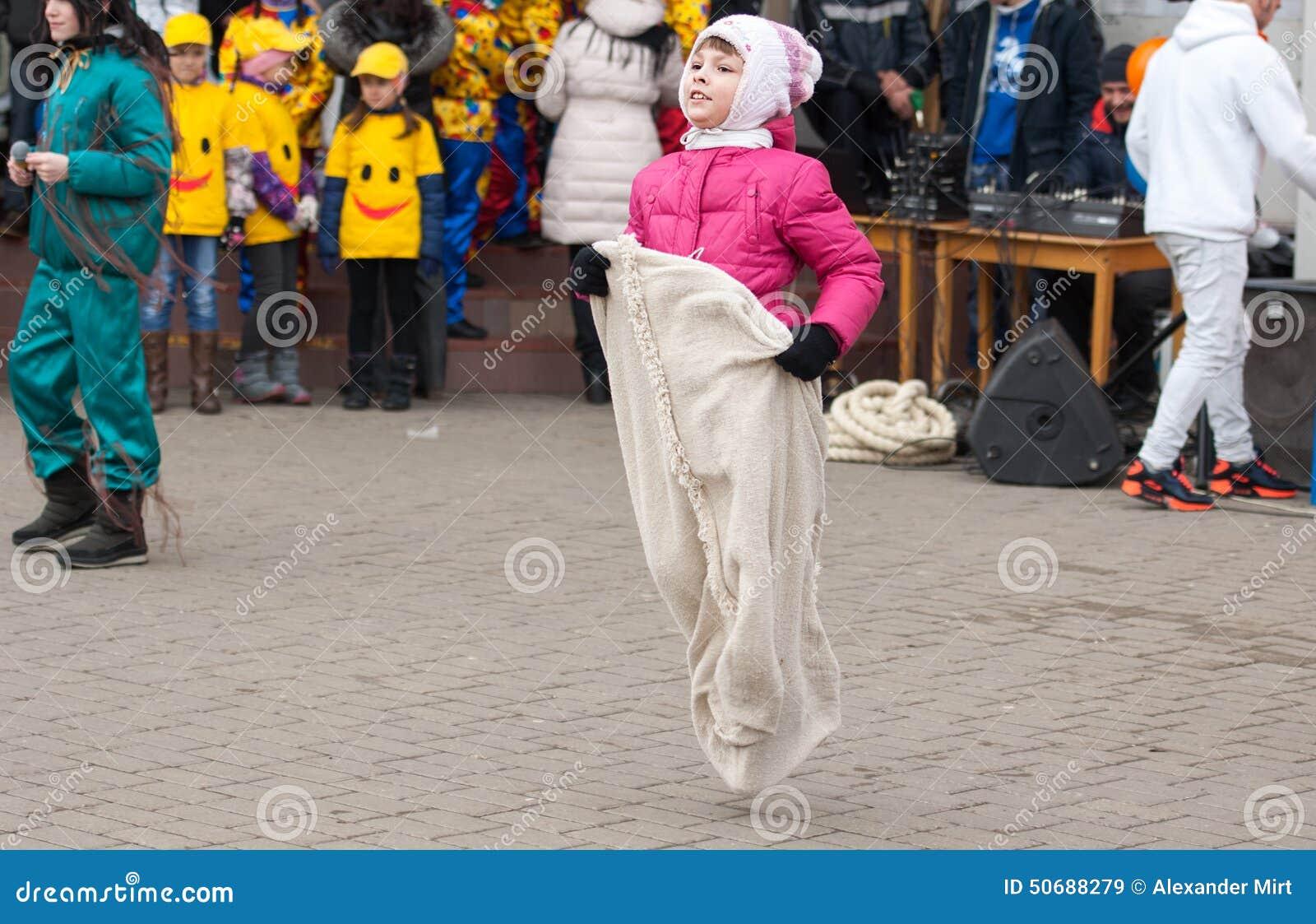 Download 大袋奔跑 编辑类库存图片. 图片 包括有 食物, 文化, 舞蹈, 伙计, 男朋友, 种族, 孩子, 乐趣 - 50688279