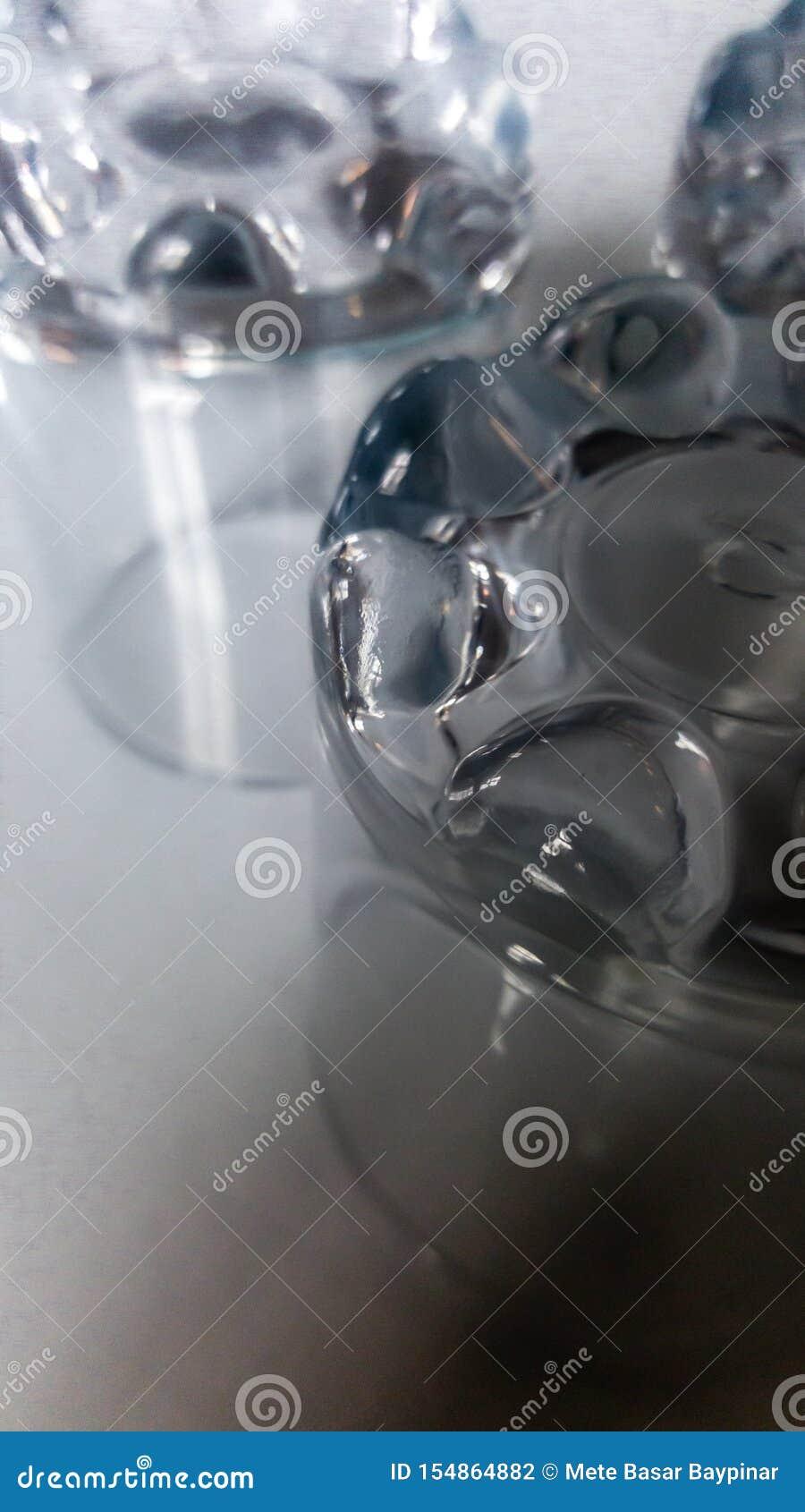 大角度看法关闭两三块水玻璃在饭桌上完全颠倒