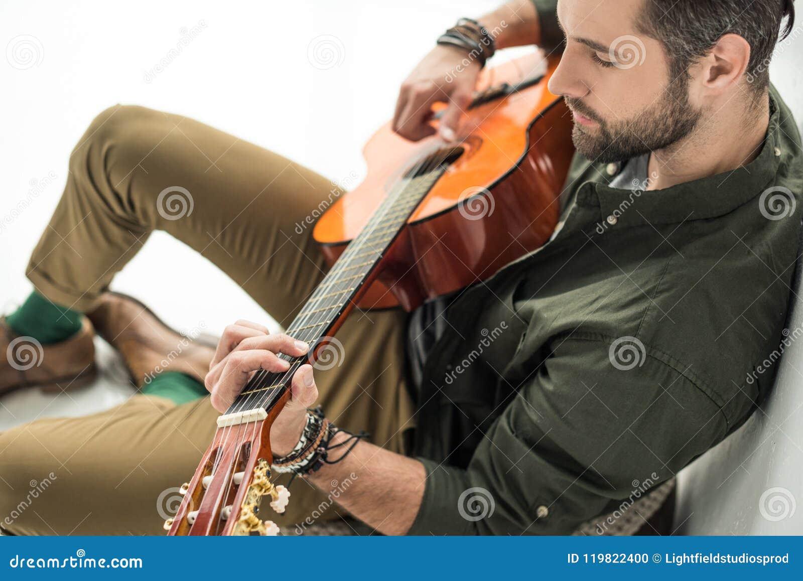 大角度看法英俊音乐家使用