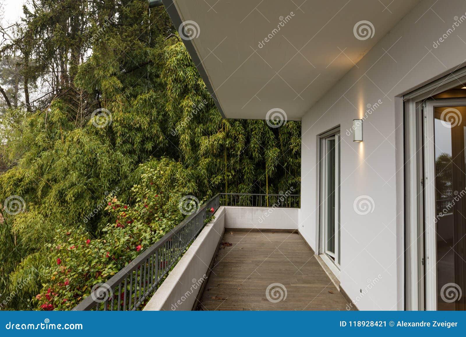大阳台外部与没人的