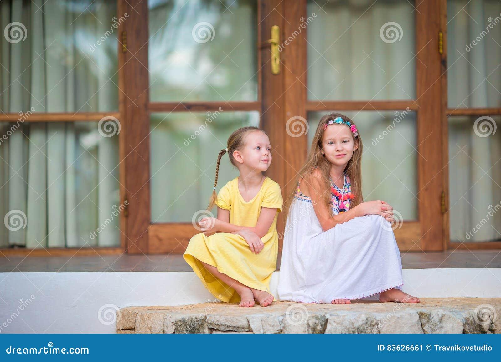 大阳台的可爱的小女孩在暑假时