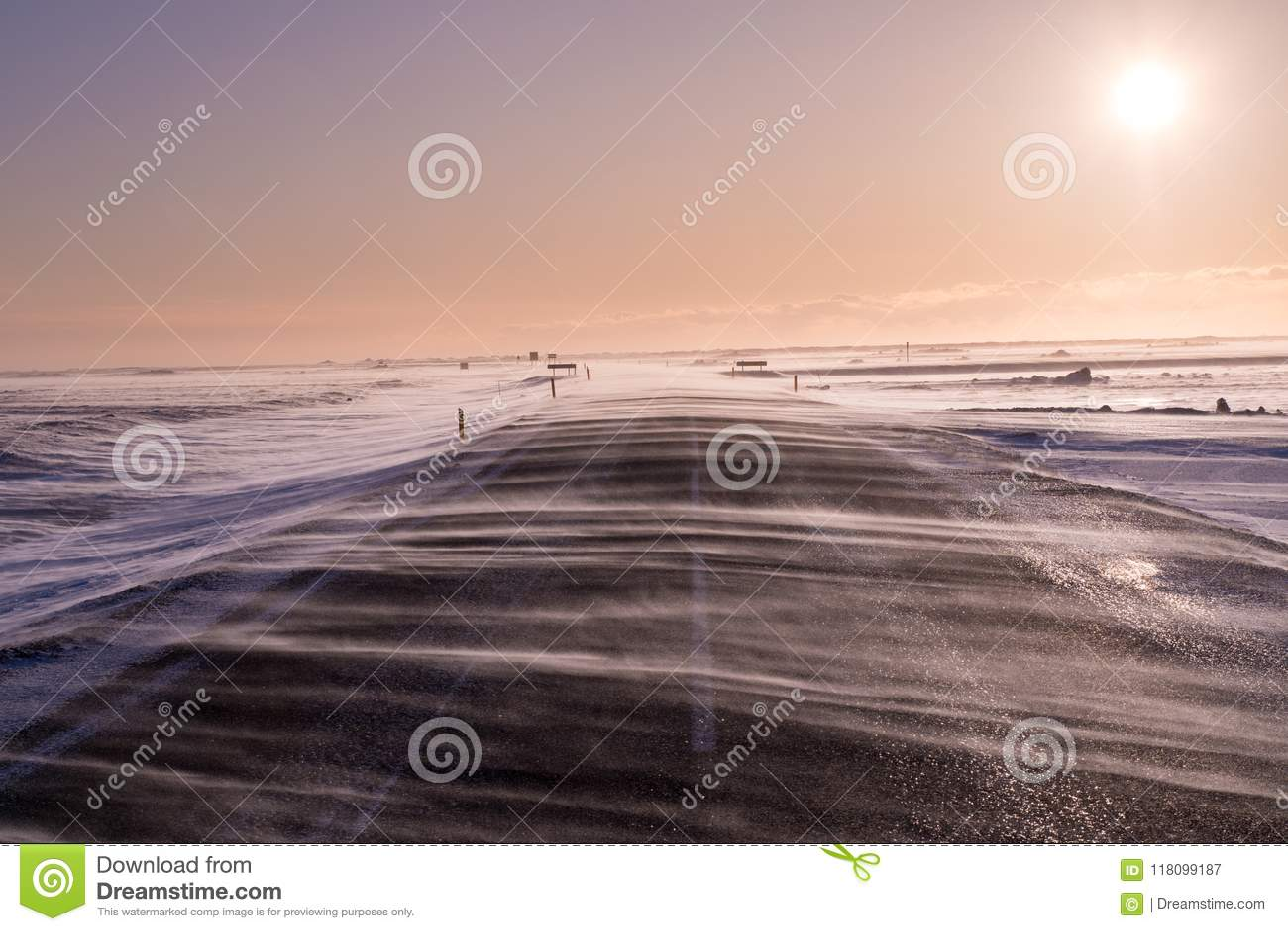 大风雪横跨路流动,几乎遮暗它在重的风期间在南冰岛