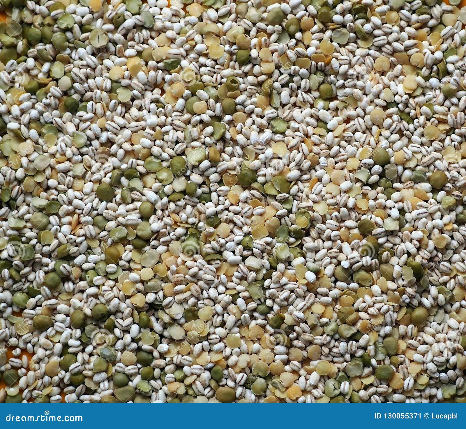 大麦米混合物用豌豆和被脱皮的黄色扁豆,为健康汤或一个冷的夏天盘准备
