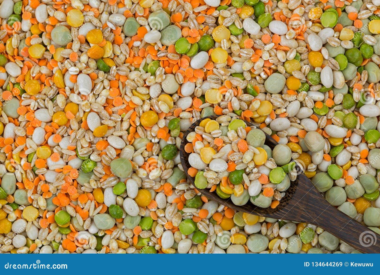 大麦米,扁豆,分裂豌豆扁豆,marrowfat豌豆,糙米的混合 汤与脉冲的炖煮的食物混合,五谷