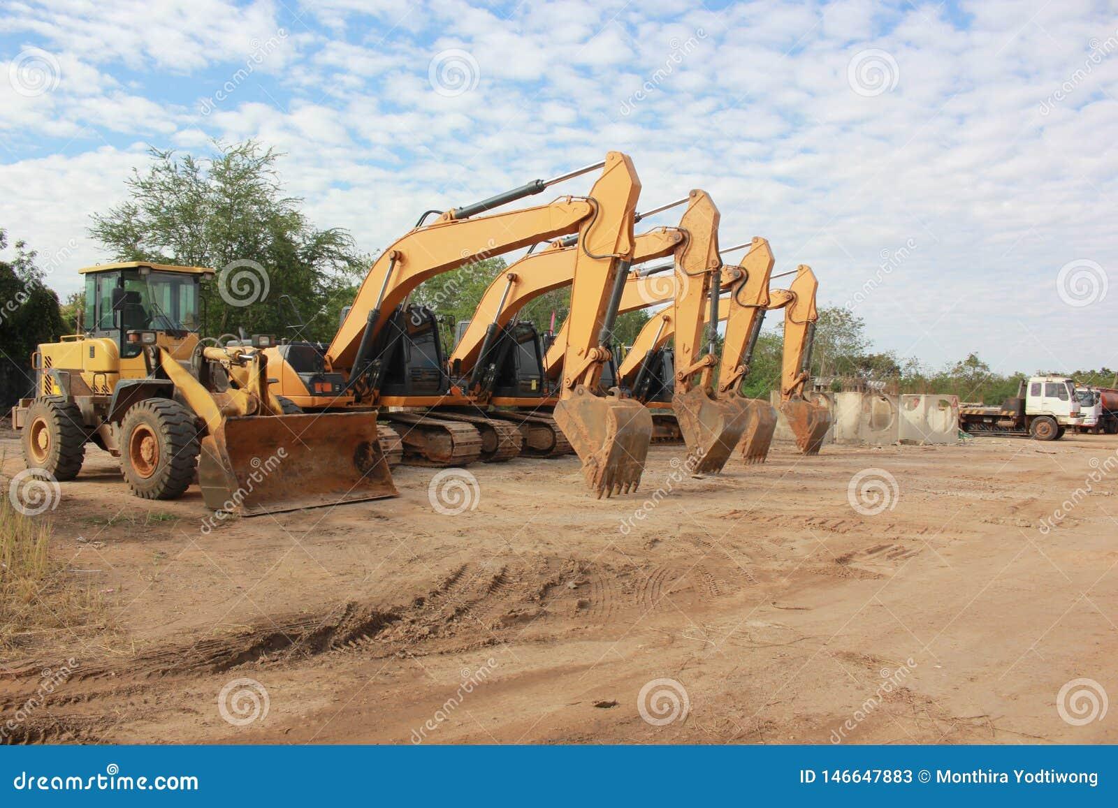 大黄色挖掘机和其他建筑机械在工作空间
