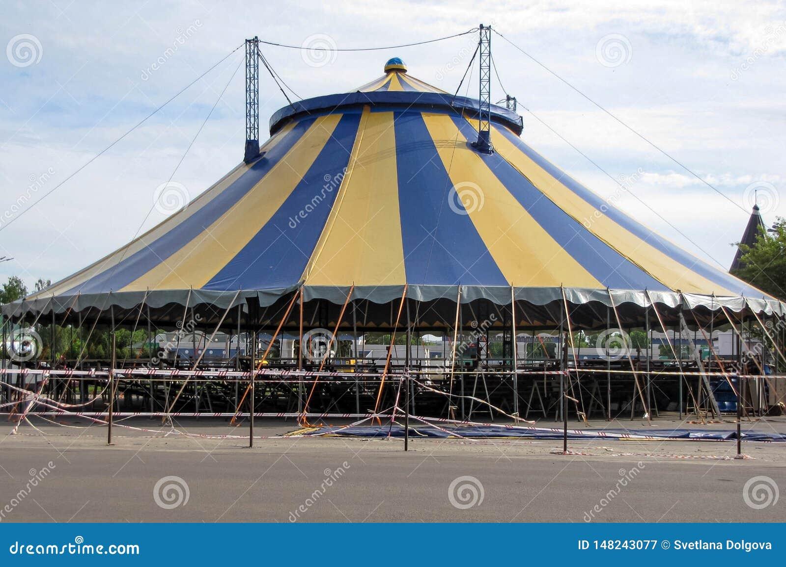 大noname马戏场帐篷在多云天空下