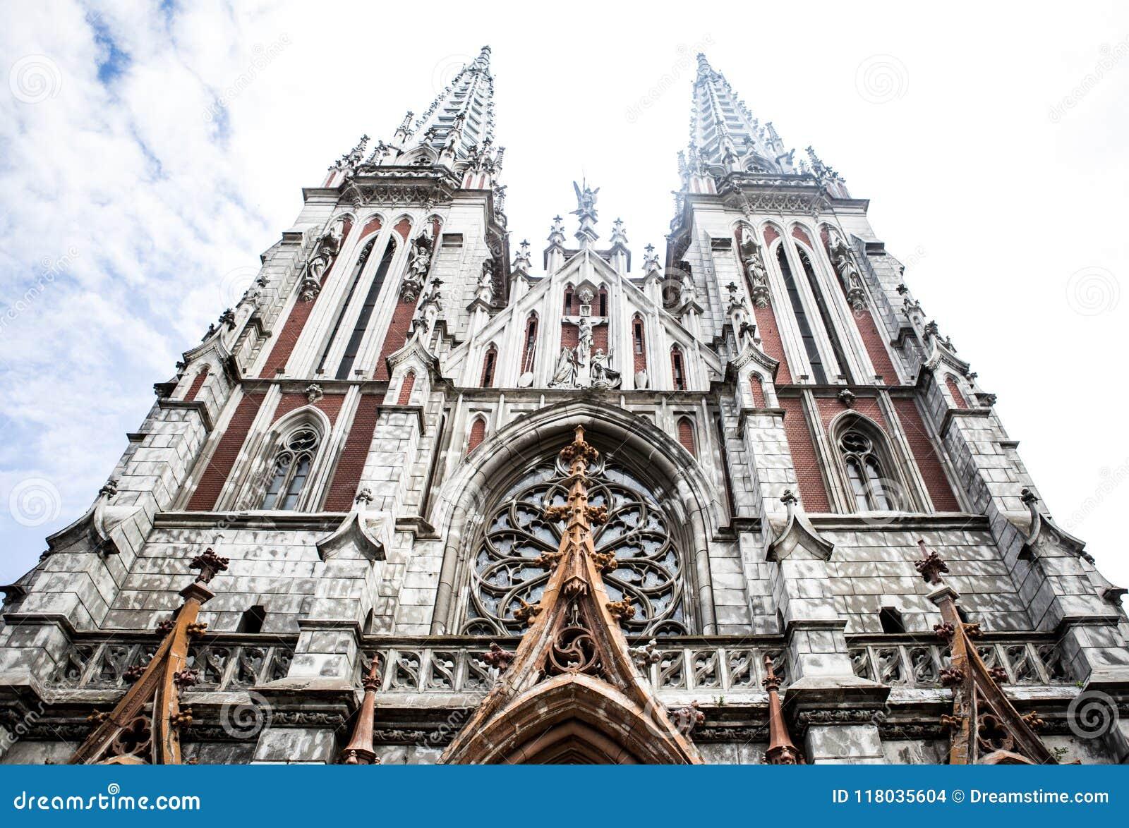 天主教堂 圣尼古拉斯教会在基辅 有针对性的塔的哥特式教会