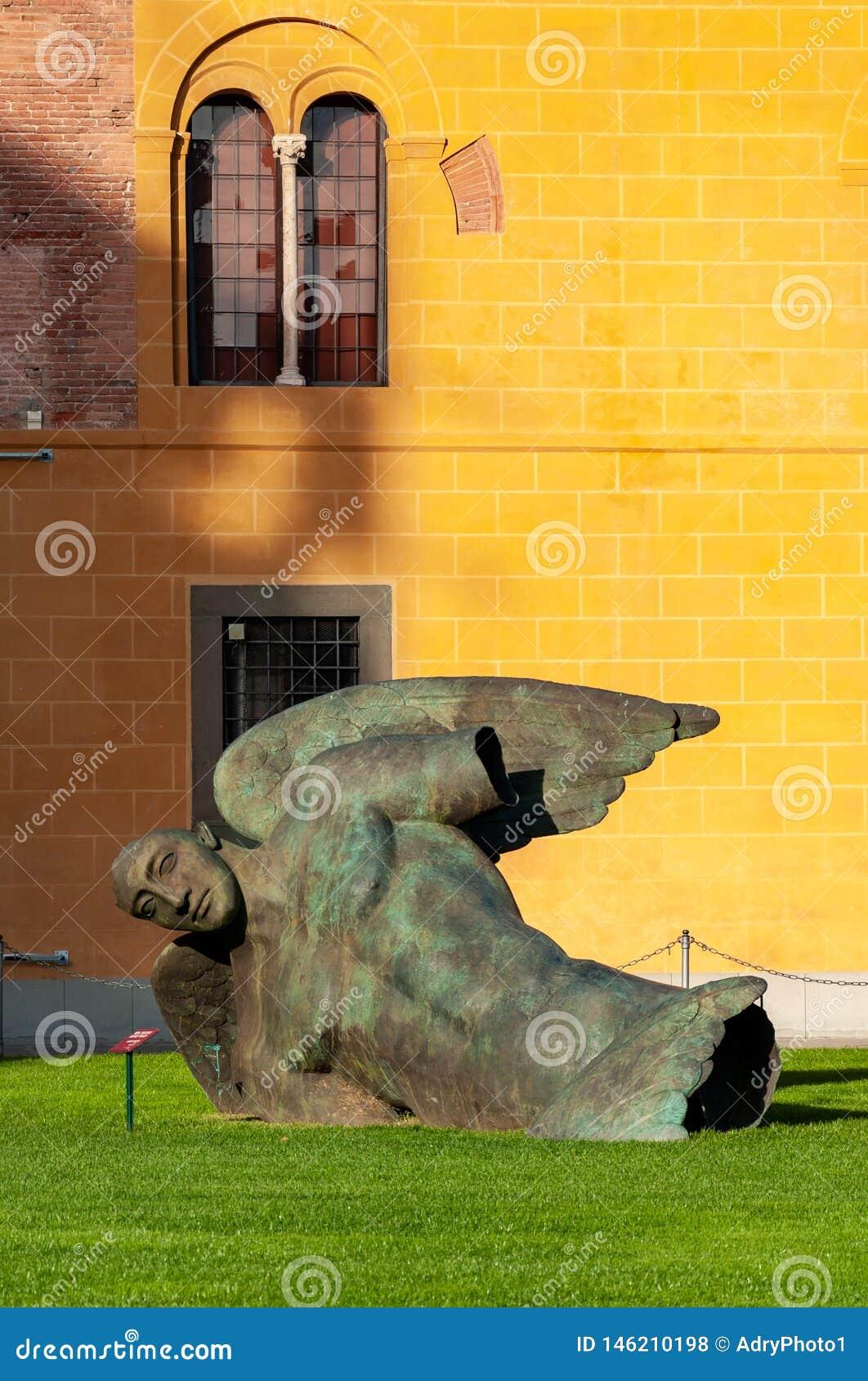 天使在奇迹广场下跌在比萨
