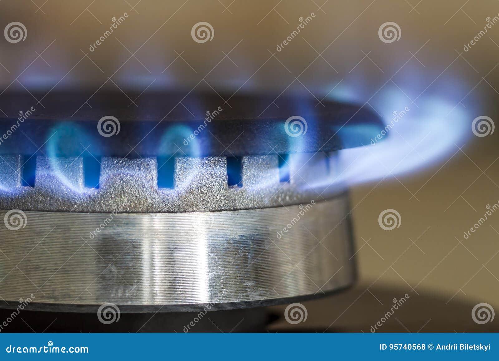 天然气蓝焰在厨灶滚刀,关闭烧