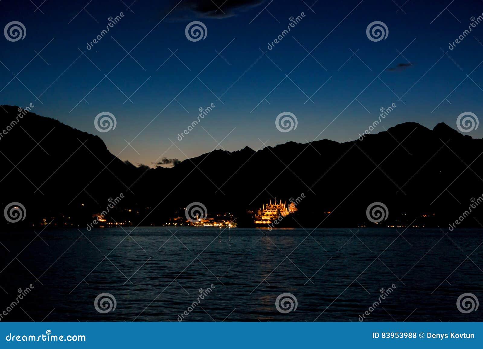 天空和山在晚上