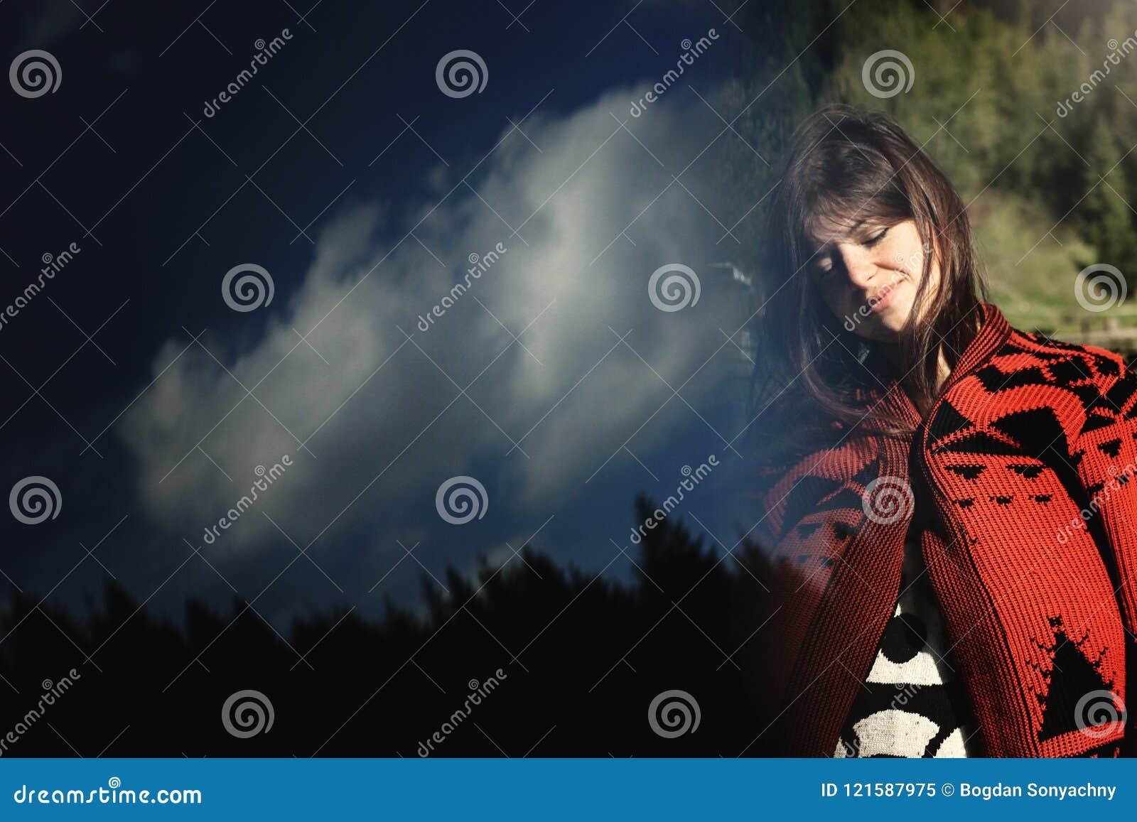天空和树森林的,创造性的异常的双e妇女行家