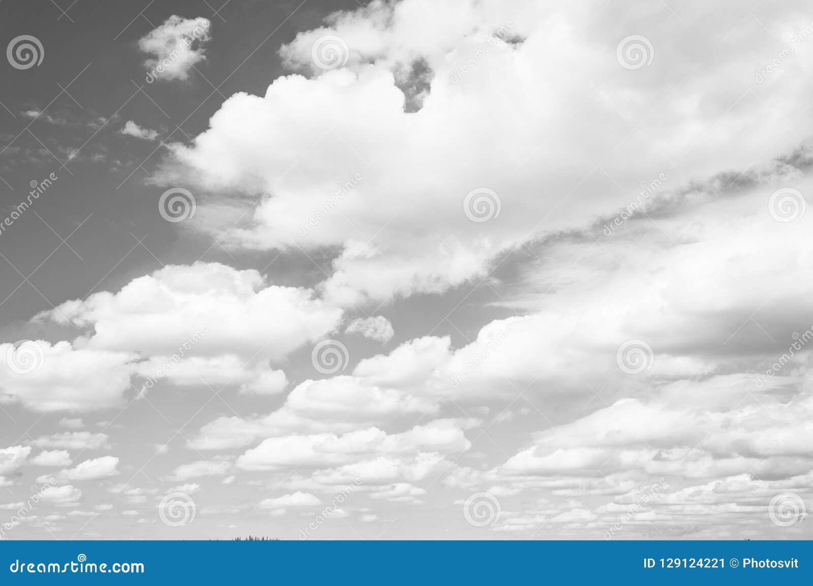 天空和白色云彩在迈阿密,美国 在蓝天背景的Cloudscape 天气和自然 自由和梦想概念